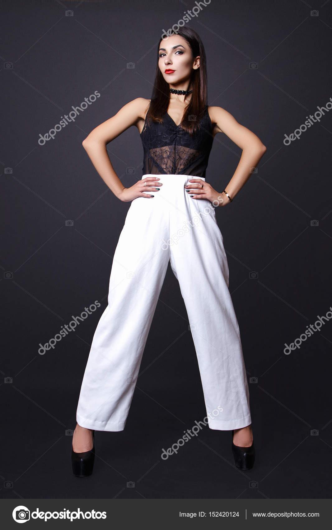Donna Castana In Camicia E Pantaloni Bianchi Immagine Stock