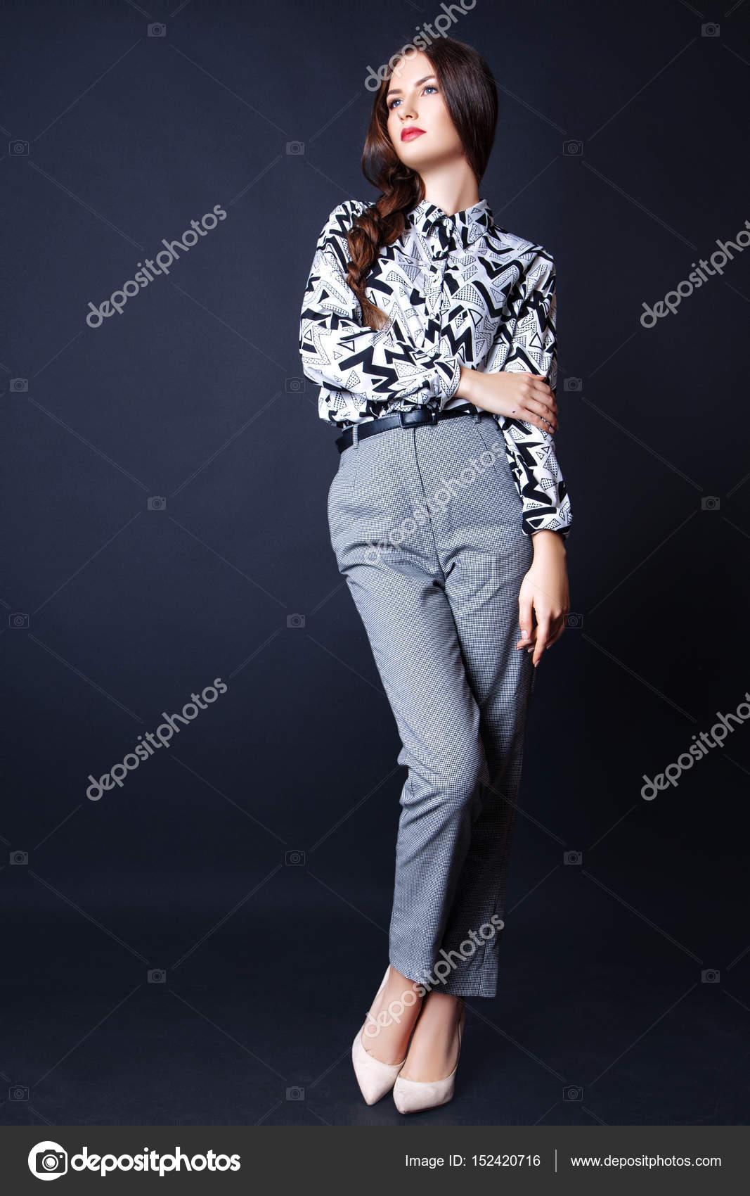 Modefoto jungen Frau auf schwarzem Hintergrund. Gekleidet in ein Hemd und  Hose mit Ornament. Mädchen posiert. Studio Foto — Foto von YuliiaChupina ca90963bf1