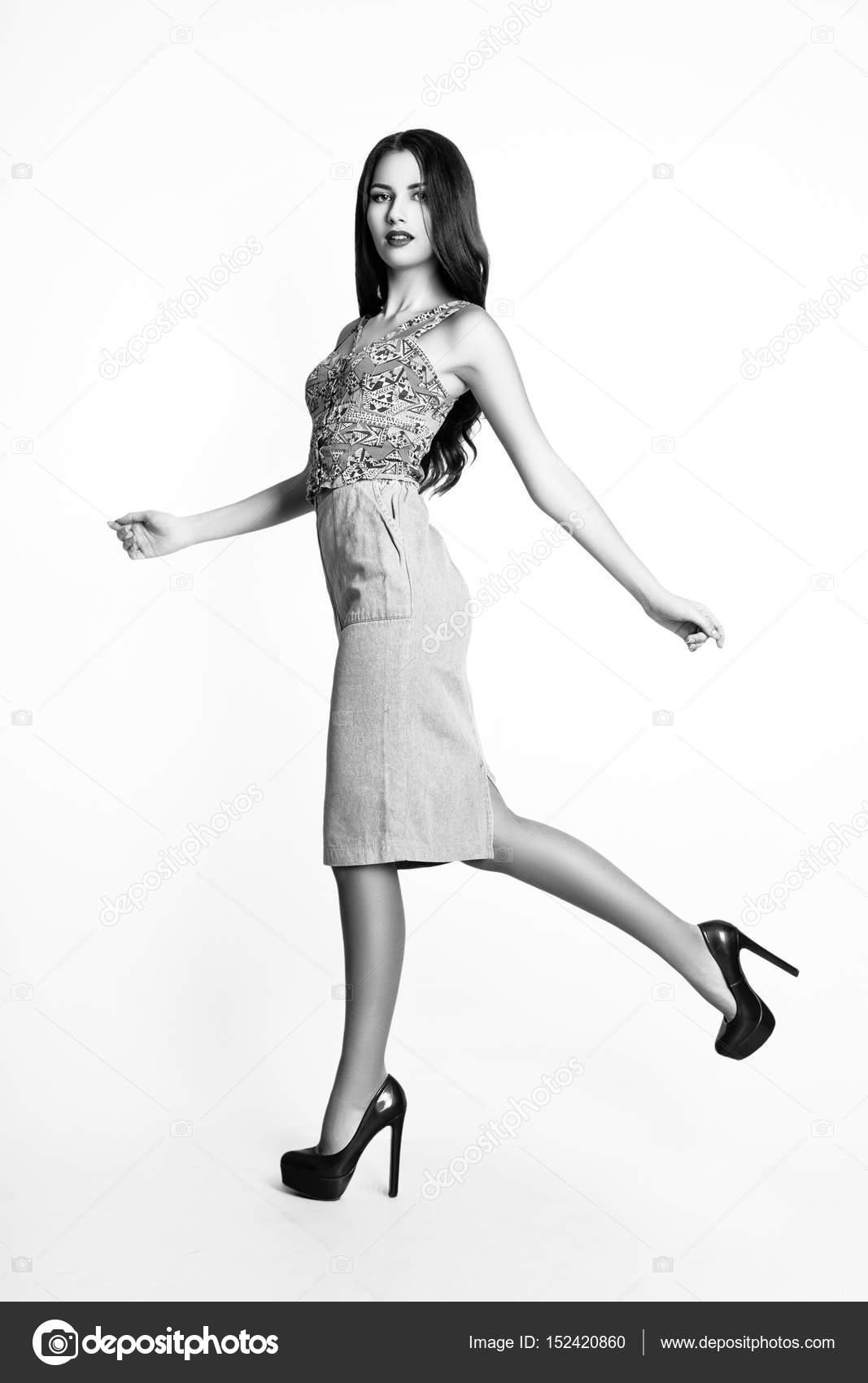 Modefoto jungen Frau auf schwarzem Hintergrund. Gekleidet in ein blaues Top  mit Ornament und einen Jeansrock. Mädchen posiert. Studio Foto. 0261e48169