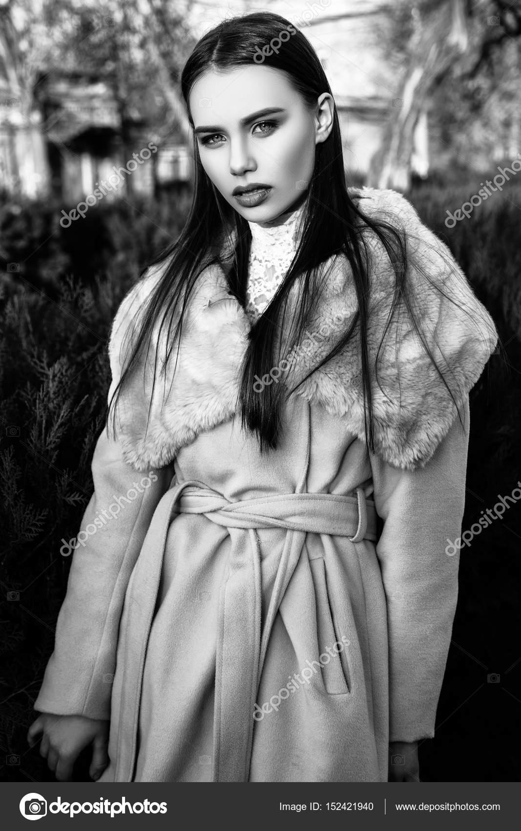 Belle jeune femme en manteau beige permanent à l extérieur. portrait de mode  chic. Noir et blanc — Image de YuliiaChupina 697847357847
