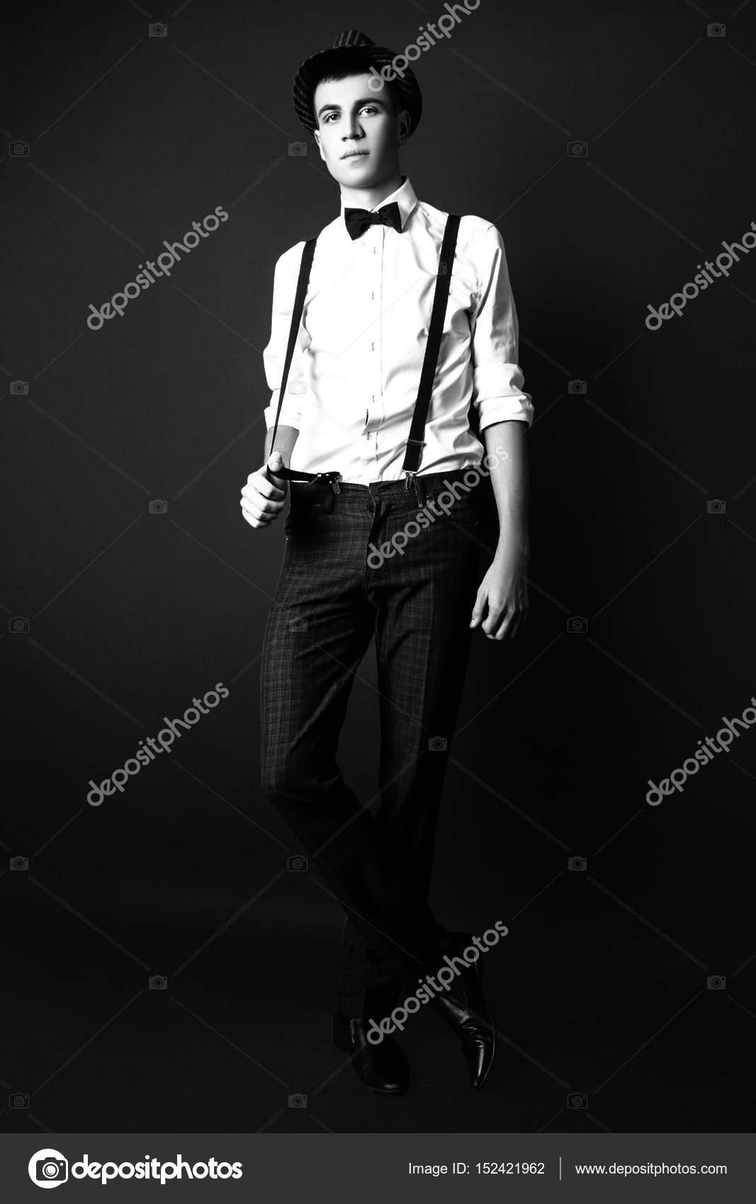 innovative design 450bd 30fe0 Foto di moda di giovane modello uomo su sfondo nero ...