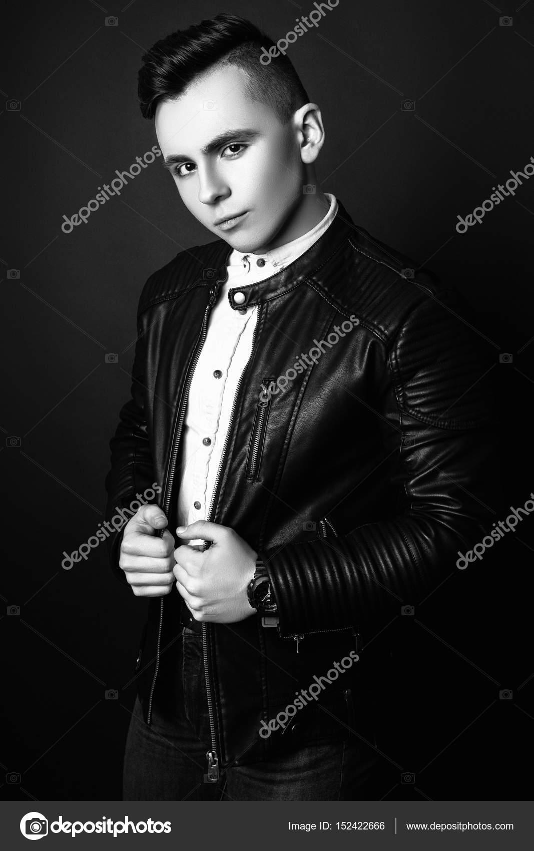 Foto di moda di giovane modello uomo su sfondo nero. Posizione del ... 975d46e5bd7