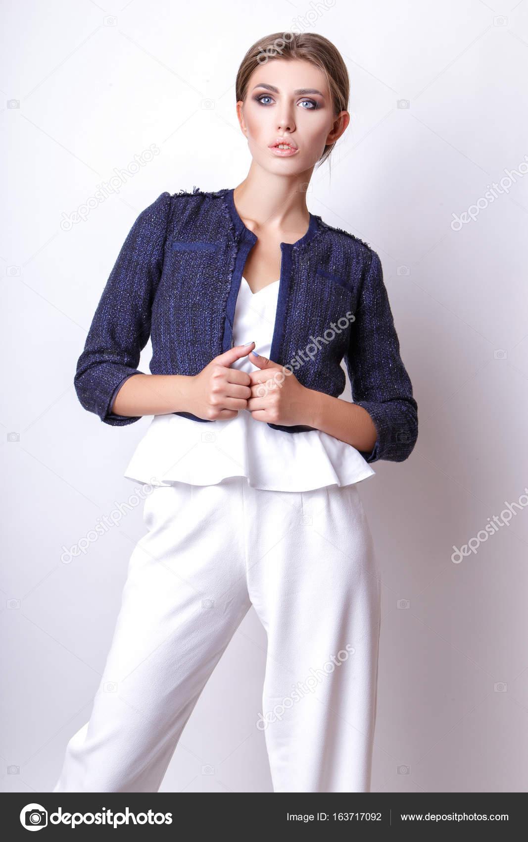 new concept b7e9c 3e111 Ragazza elegante in un abito bianco e giacca blu in studio ...