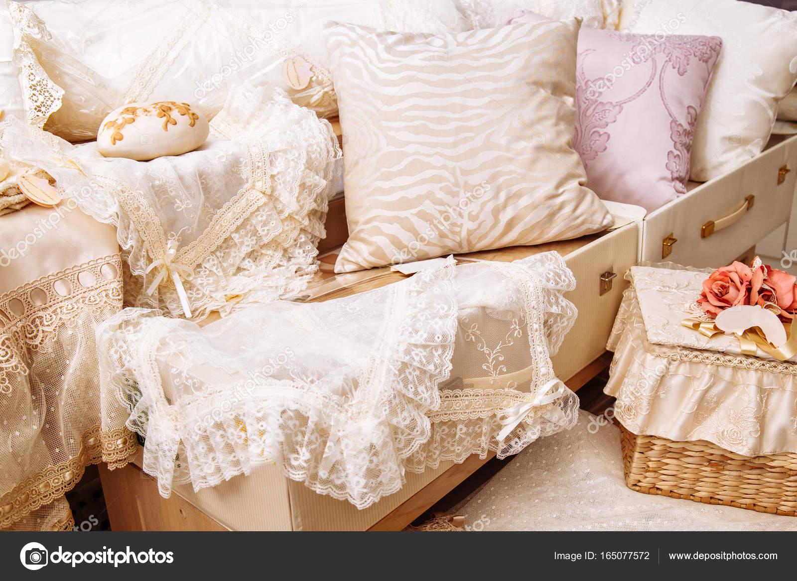 Copriletto Per La Casa.Tessuti Per La Casa Vari Cuscini E Copriletto Foto Stock