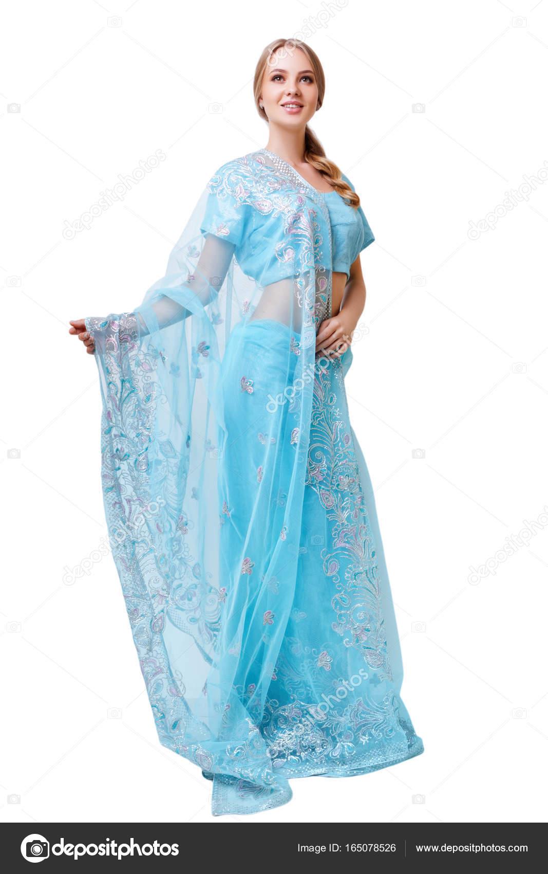 5999a23a70e1 Kavkazská mladá žena v modrých indické národní šaty izolované — Stock  fotografie