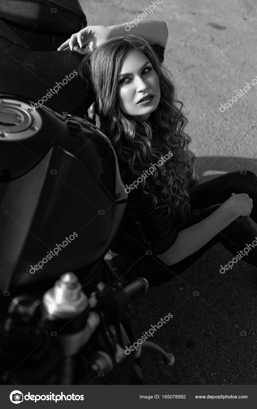 Черно белые картинки длинноволосых девушек 10