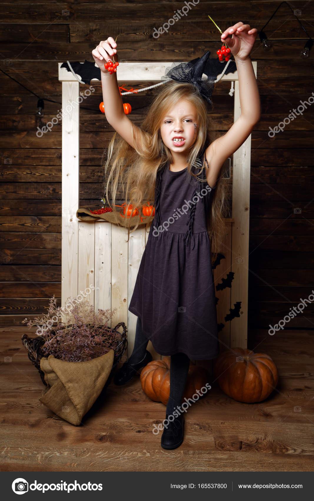 kleines Mädchen verkleidet als Hexen mit Kürbis angegriffen werden ...