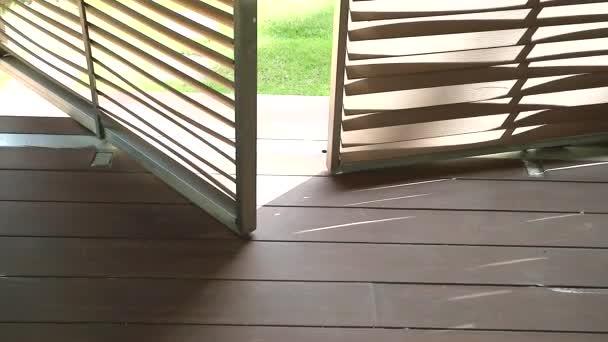 Doppelt drehbare Holztür, die sich durch Flügel bewegt
