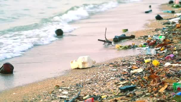 Sonnenuntergang auf dem Meer mit Plastikgummi und Abfall werden am Strand zurückgelassen und von Wellen ins Meer geblasen1