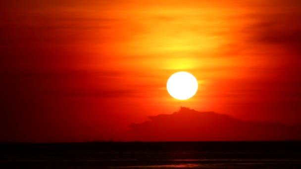 západ slunce na červenou oranžovou oblohu zpět na světle oranžový mrak a tmavé moře čas vypršel