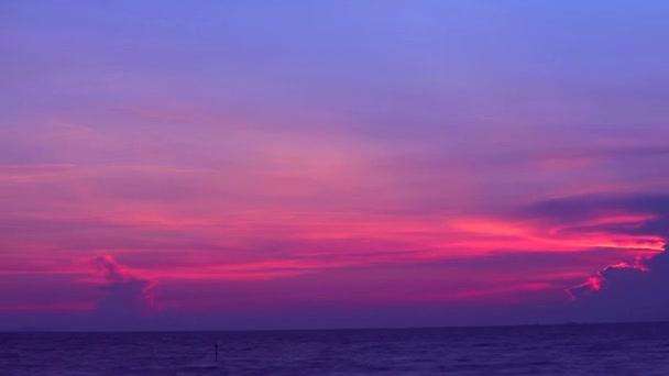 tmavě fialová obloha západu slunce a paprsky slunečního svitu zpět na siluetu mraku