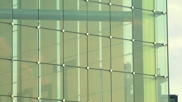 Energeticky úsporná budova je vyrobena z čirého skla pro osvětlení interiéru1