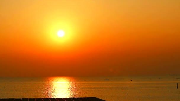 západ slunce na moři a odraz slunečního světla na hladině a malý pohyb vln