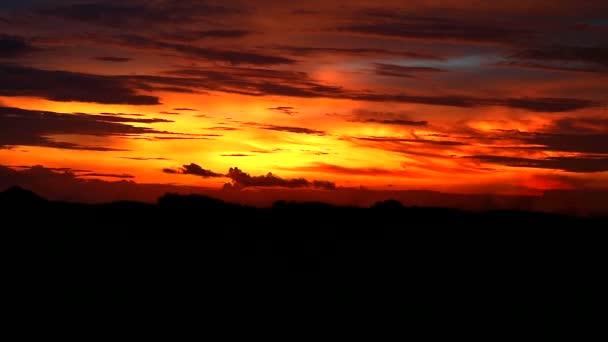 západ slunce na hoře a tmavě červená žlutá oranžová plamen mrak na obloze