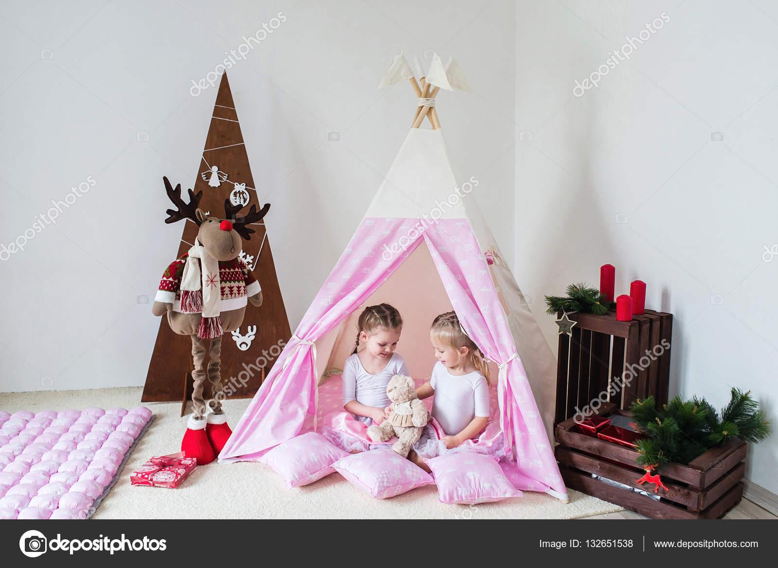 big sale 8da6e 71f27 Two little girls play in a teepee — Stock Photo ...