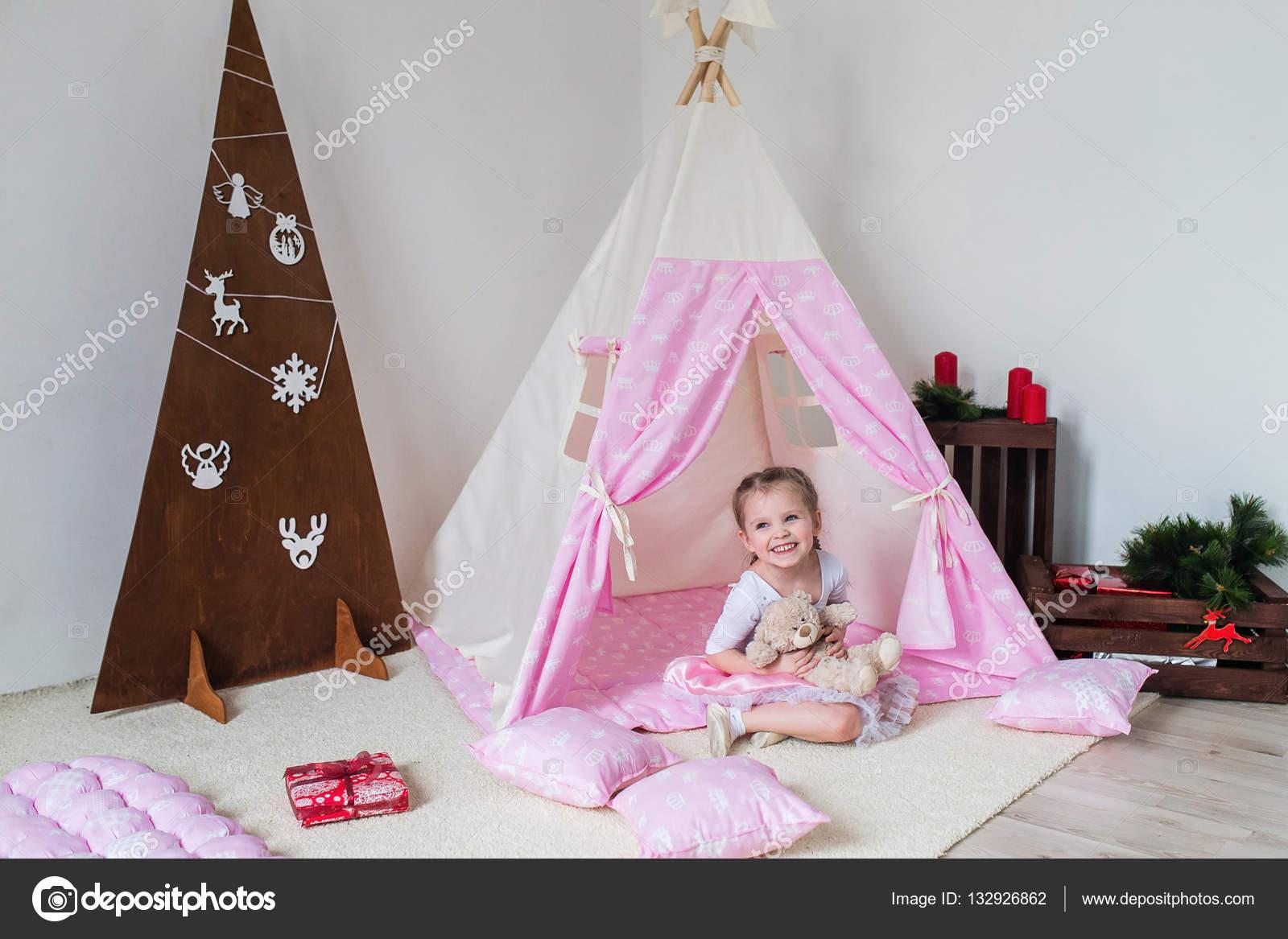 Enfant Heureux Dans Une Tente Tipi. Petite Fille Jouant Dans Une Tente U2014  Image De Familylifestyle