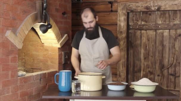 Bäcker gießt in einen Topf mit Salz und gießt Wasser aus einem Krug