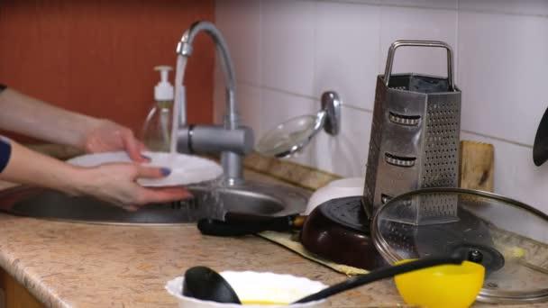 Hausfrau beim Abwasch in der Küche. Der Hintergrund jedoch unscharf