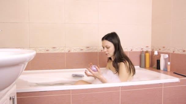Krásná žena otevírá sklenici s jílová maska. Naneste masku na tváři. Domácí Koupelna.