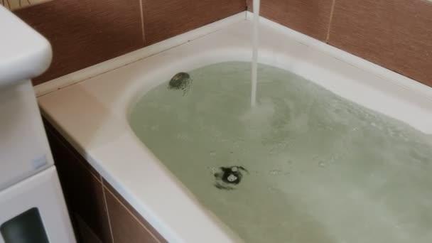 Wasser am Rand des Bades. Unfall im Badezimmer. Kamera-Bewegung von ...