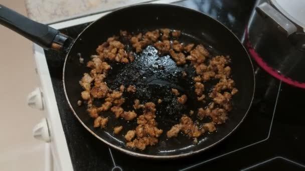 Smažené mleté maso s rajčatovou omáčkou v pánvi. Pohled shora