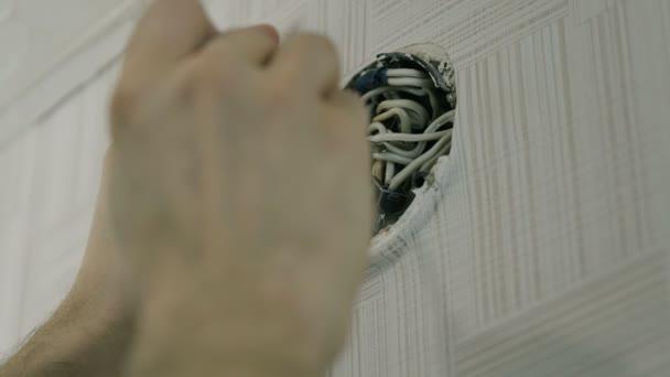 Detail mans ruce oprava drátů na elektrická krabice s šroubovák