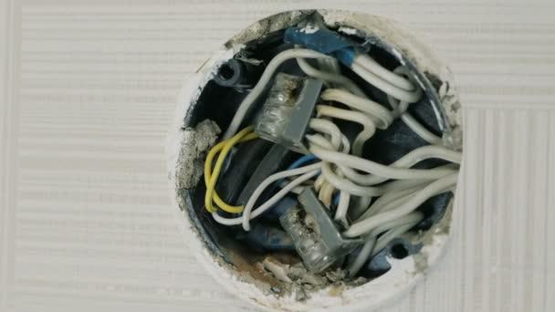 Nahaufnahme der elektrische Anschlussdose an der Wand unter der ...