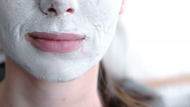 Položte masku na ženách tvář. Detail rtů a brady