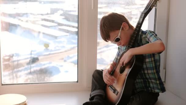 Парень играет на гитаре и трахает телку