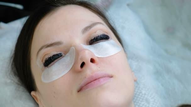 Szépségápolás. Vértes womans arc a szempilla festékkel. Botox és laminálás szempillák. Szemközti nézet.