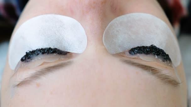 Kosmetické ošetření. Closeup oči v Zenske obličej barvou na řasy. Botox a laminování řasy