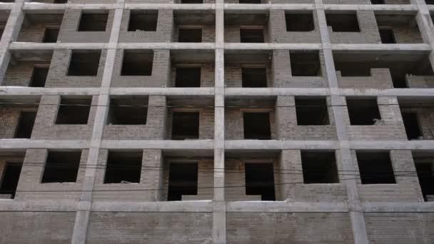 Vícepodlažní obytné budovy ve výstavbě. Pohled zepředu.