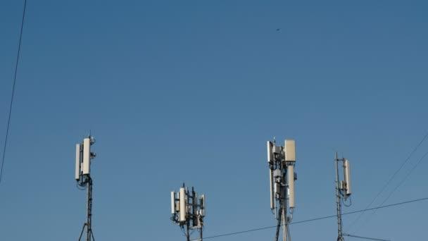 Antény pro mobilní a mobilní komunikace v pozadí oblohy. Antény pro mobilní komunikaci, televize, internet, rádio.