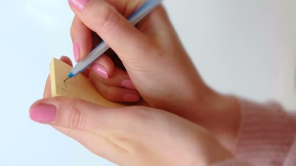 Zblízka Zenske ruce zápis poznámky Miluji tě políbí papír, nechávali rty rtěnkou a lepí na zdi