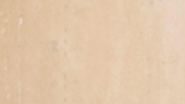 Texturované hnědé betonová zeď. Rozostření
