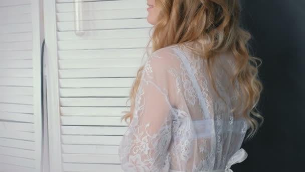 Mladá štíhlá sexy blondýnka v prádle a budoár postavení pózuje ve fotoaparátu při pohledu. Detailní portrét