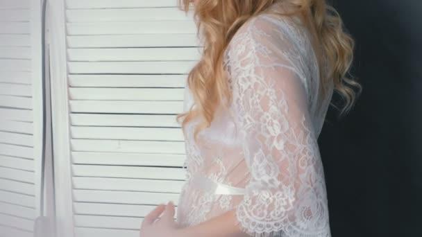 Urecognizable mladá štíhlá sexy blondýnka v prádle a budoár postavení, pózuje ve fotoaparátu. Pohled zezadu