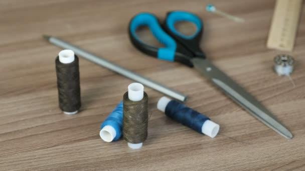 Nähzubehör Garn, Schere, Bleistift, Lineal auf dem Tisch. Vorbereitung auf die Arbeit.