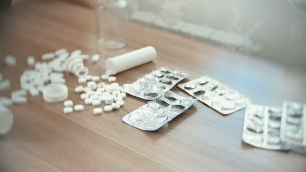 Closeup mans rukou bere tablety a prášky z tabulky