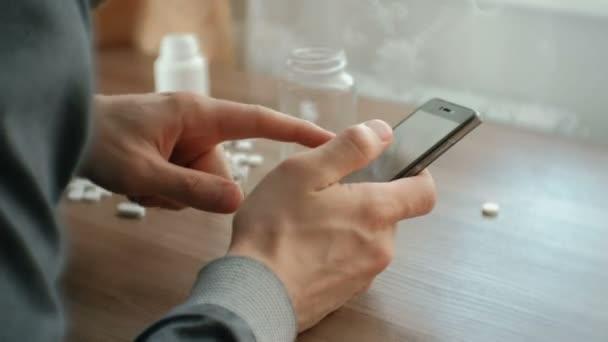 člověk se pokouší volat o pomoc na mobilním telefonu a klesá bez. Pojem deprese, sebevraždy a nebezpečí