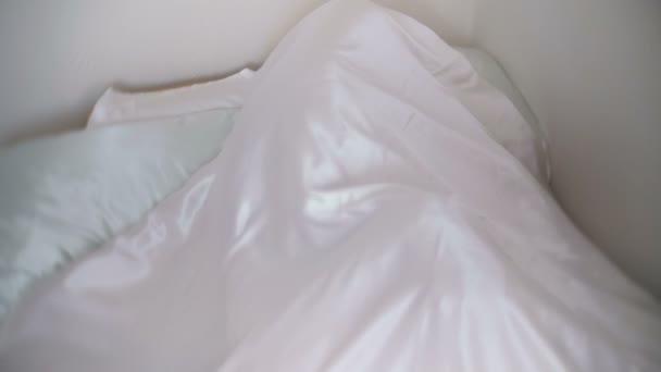С одеялом секс видео