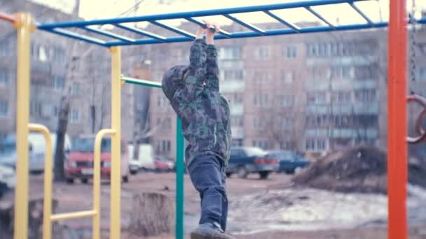 Klettergerüst Haus : Junge kriecht auf das klettergerüst dem hof eines hauses der
