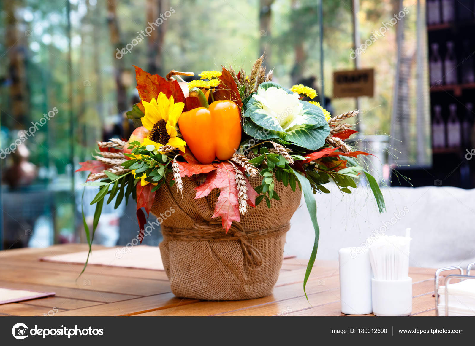 Mazzo Di Fiori E Verdure.A Bouquet Of Flowers With Vegetables And Fruit Stock Photo