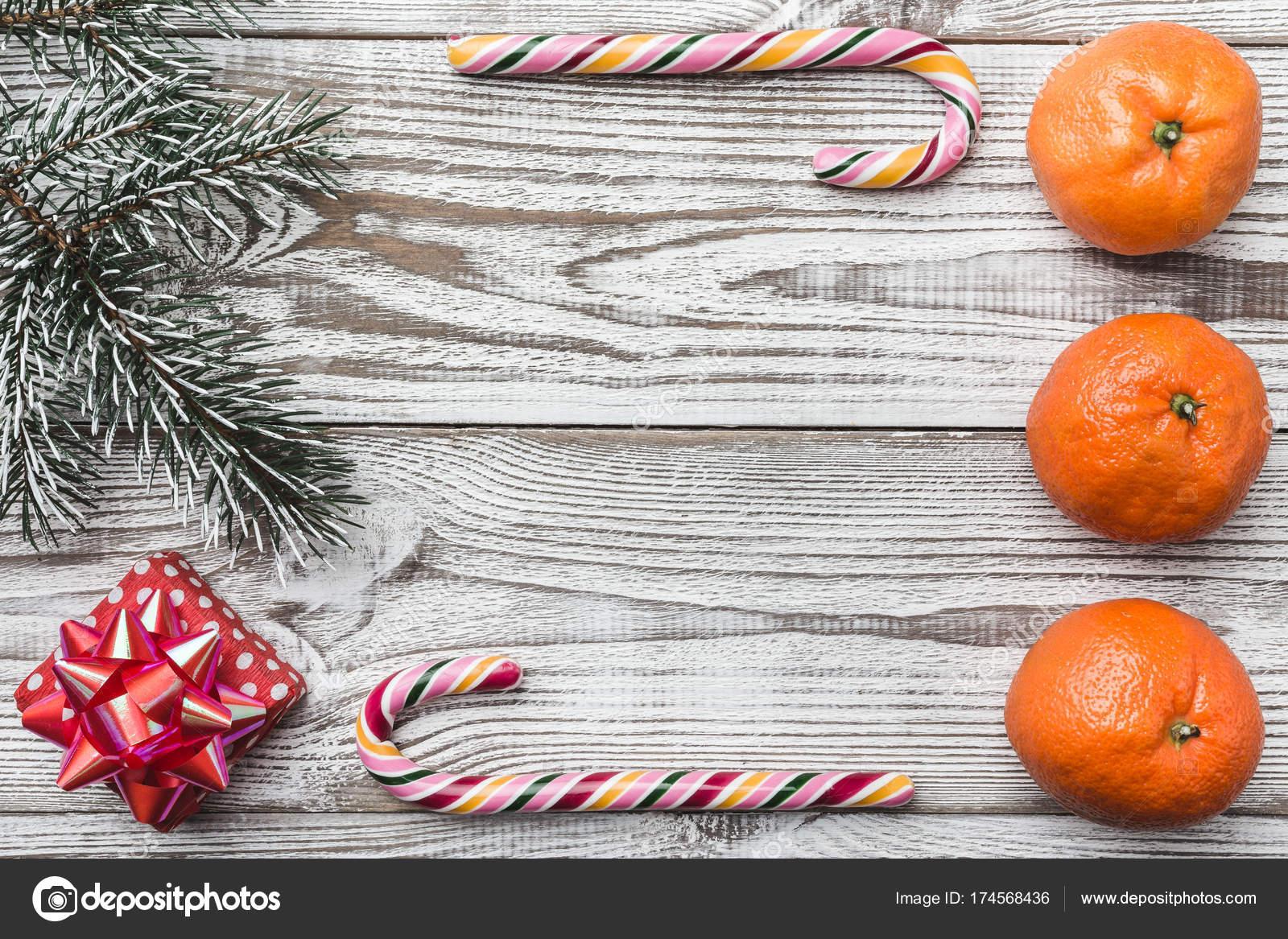 Hölzerne Hintergrund. Weiß. Grüne Tanne Zweig. Orange. Bunten ...