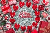 Kruh červené mašle a strom koulí, koule s Veselé Vánoce s nabídkou a ručně vyráběné dekorativní hračky, současné krabic, na kámen, mramor pozadí, Vánoční blahopřání