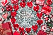 Kruh červené mašle a strom koulí, koule s prostorem pro psaní uvnitř a ručně vyráběné dekorativní hračky, vánoční současné krabic, textu, na kámen, mramor pozadí, Vánoční blahopřání