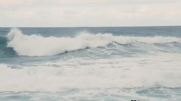 Vlny s mořskou vodou se hojně blíží ke břehu. Zvuk mořských vln.