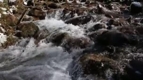 Panorama z bouřlivé jaro horské řeky vodopád Bublání vede přes krásné pohádkové horské zimní krajiny