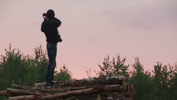 Siluetta del fotografo lavorando al tramonto