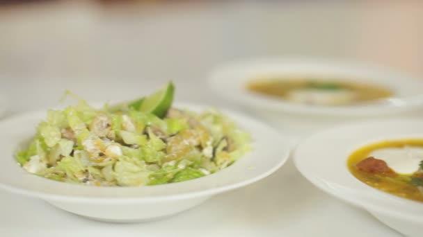 Talíř polévky masa a lehký letní salát z Pekingské zelí. Dolly cam
